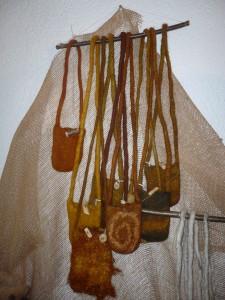 kleine Täschen, gefärbt mit Zwiebelschalen