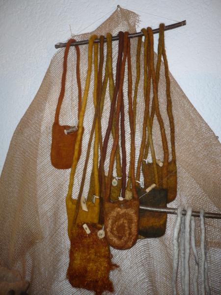 Taschen, mit Zwiebelschalen gefärbt.
